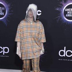 Billie Eilish en la alfombra roja de los premios AMAs 2019