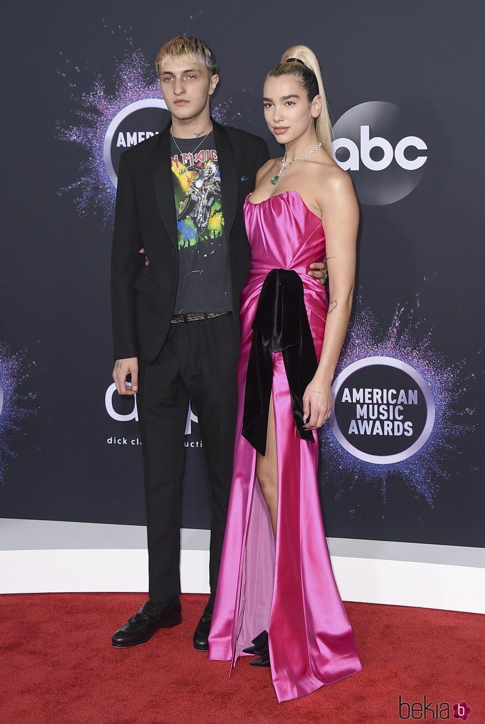 Anwar Hadid y Dua Lipa en la alfombra roja de los premios AMAs 2019