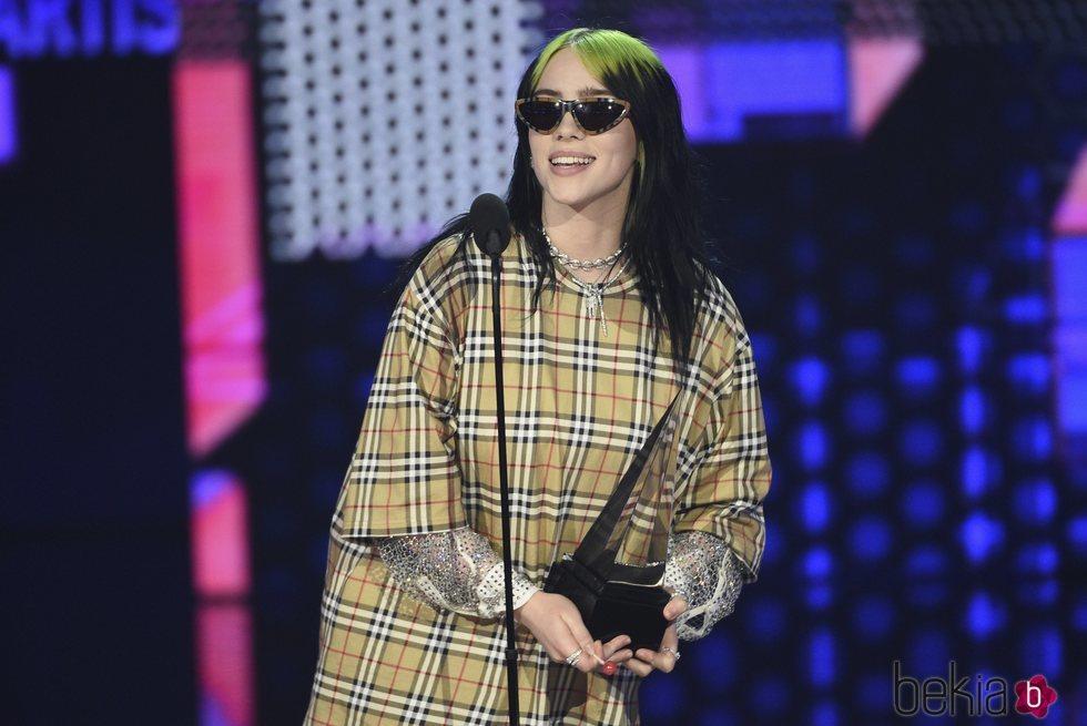 Billie Eilish recogiendo un premios en la gala de los AMAs 2019