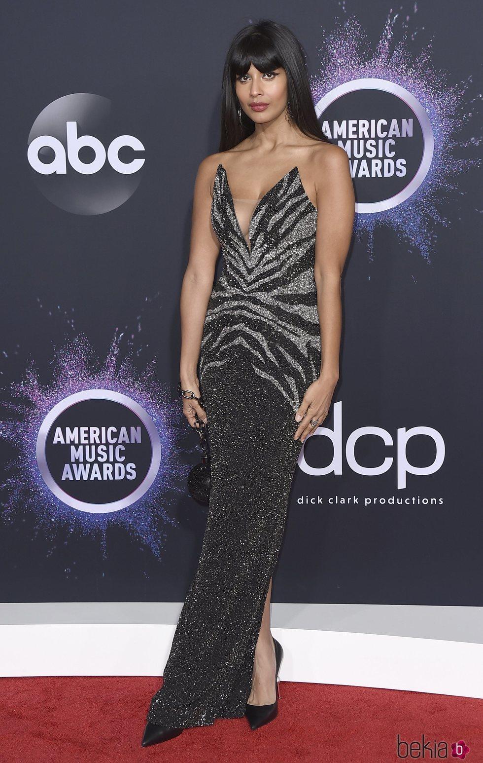 Jameela Jamil en la alfombra roja de los premios AMAs 2019