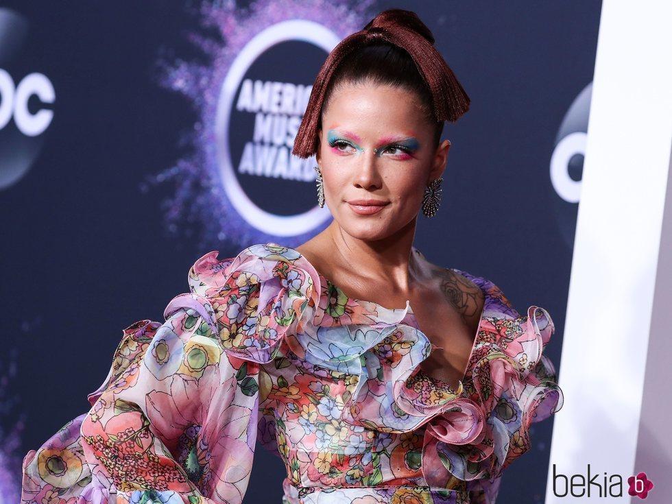 Halsey en la alfombra roja de los premios AMAs 2019