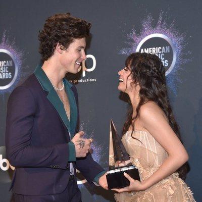 Camila Cabello y Shawn Mendes posando con su premio en los AMAs 2019
