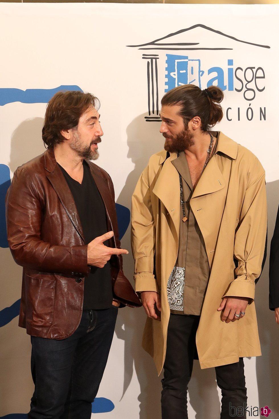 Javier Bardem charlando con Can Yaman en los Premios Actúa 2019