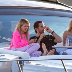 Scott Disick y Sofia Richie en un yate en Miami junto con unos amigos