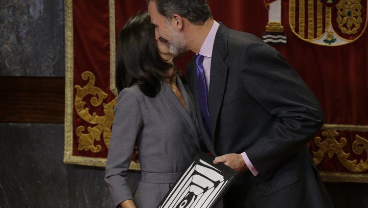 El Rey Felipe besando a la Reina Letizia tras entregarle un premio por su labor de concienciación de violencia de género