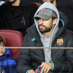 Gerard Piqué y su hijo Milan en un partido del Barça