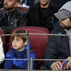 Gerard Piqué, pendiente de su hijo Milan en un partido del Barça