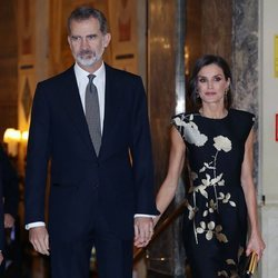Los Reyes Felipe y Letizia, cogidos de la mano en la entrega del Premio Francisco Cerecedo a Javier Cercas