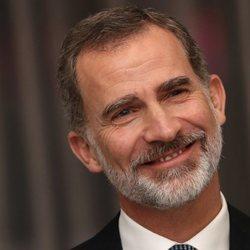 El Rey Felipe, muy sonriente en la entrega del Premio Francisco Cerecedo a Javier Cercas