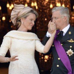 Cariñoso gesto entre los Reyes Felipe y Matilde de Bélgica el día de su proclamación