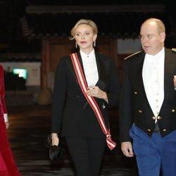 Alberto y Charlene de Mónaco y la Princesa Carolina de Mónaco en la gala del Día Nacional de Mónaco 2019
