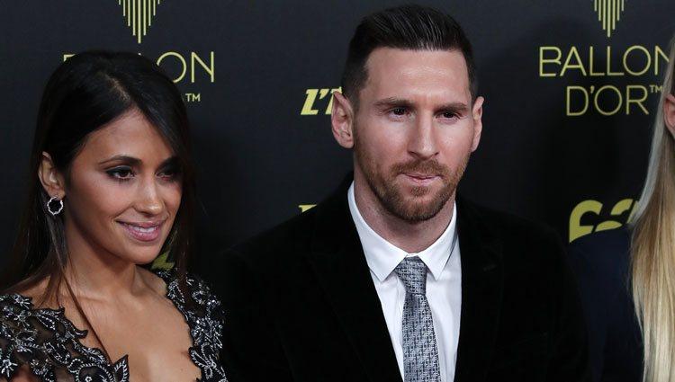 Antonella Rocuzzo y Leo Messi en la entrega del Balón de Oro 2019
