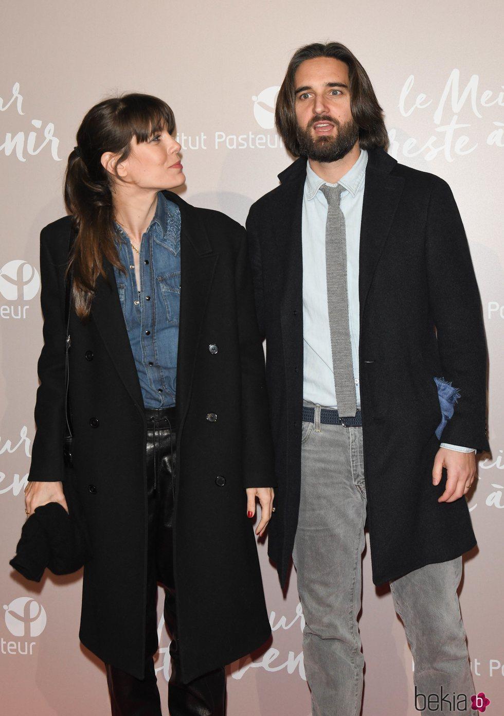Carlota Casiraghi mira a Dimitri Rassam en el estreno de 'Le meilleur reste à venir'