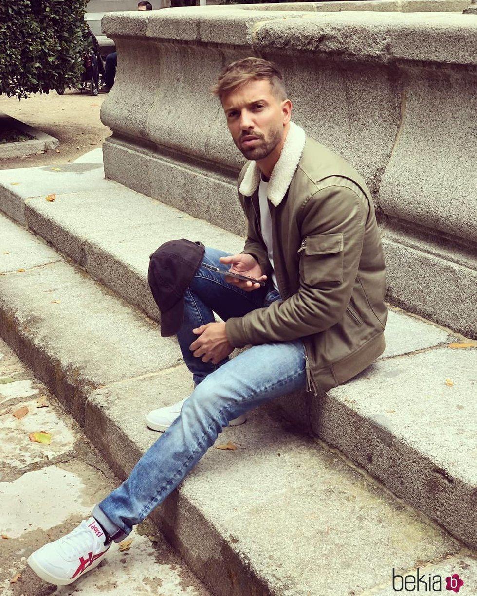 Pablo Alborán posa sentado en la calle