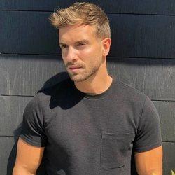 Pablo Alborán posando a pleno sol en camiseta negra