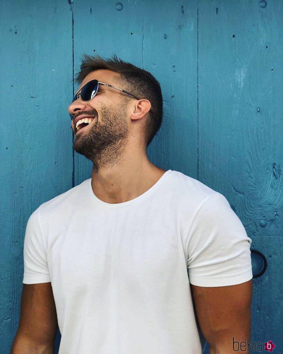 Pablo Alborán, muy sonriente con camiseta blanca