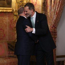 El Rey Felipe saluda a Alberto de Mónaco en la recepción por la Conferencia sobre el Cambio Climático