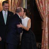 La Reina Letizia besa a Alberto de Mónaco en la recepción por la Conferencia sobre el Cambio Climático