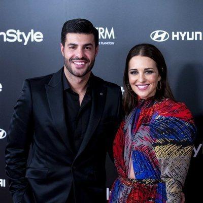 Miguel Torres y Paula Echevarría posando juntos y sonrientes en la fiesta del 15 aniversario de In Style