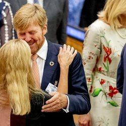Guillermo Alejandro de Holanda y Mabel de Holanda se saludan con mucho cariño