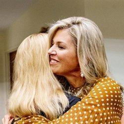 Máxima de Holanda y Mabel de Holanda se dan un abrazo