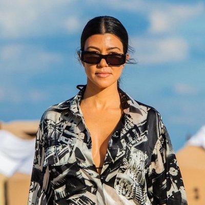 Kourtney Kardashian paseando por la playa en Miami