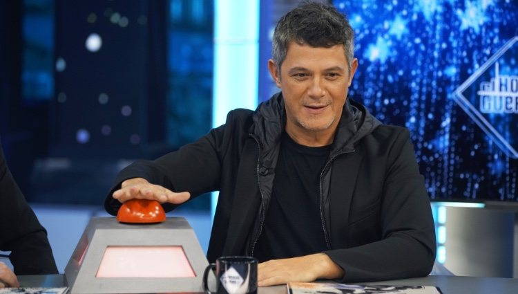Alejandro Sanz con el botón de 'La Voz' en 'El hormiguero'