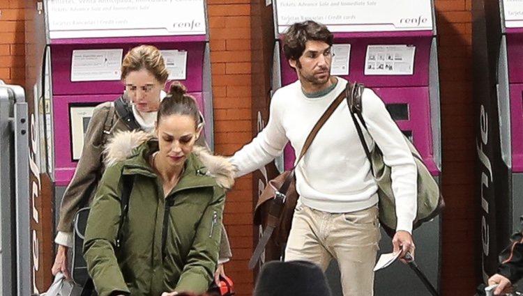 Eva González y Cayetano Rivera en la estación del AVE de Madrid