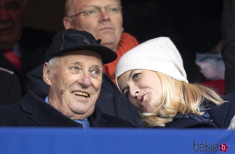 Harald de Noruega y Mette-Marit de Noruega, muy cómplices en la final de la Copa de Noruega