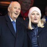 Harald de Noruega y Mette-Marit de Noruega, muy sonrientes en la final de la Copa de Noruega