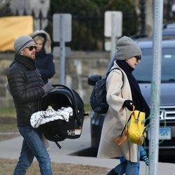 Anne Hathaway y Adam Shulman paseando con su segundo hijo