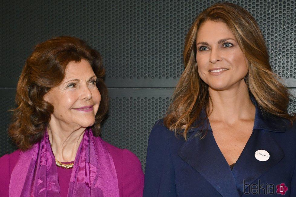Silvia de Suecia mira orgullosa a Magdalena de Suecia en los Premios Childhood 2019