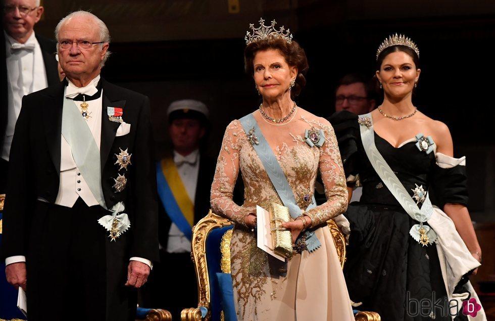 El Rey Carlos Gustavo, la Reina Silvia y la Princesa Victoria de Suecia en los premios Nobel 2019