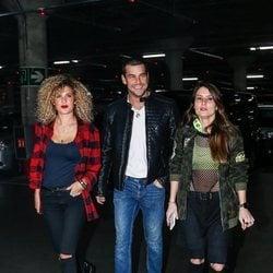 Mario Casas, su hermana Sheila y una amiga llegando al concierto de Rosalía en Madrid