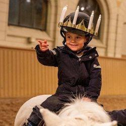 Oscar de Suecia montando a caballo por Santa Lucía