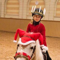 Estela de Suecia montando a caballo por Santa Lucía