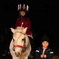 Estela y Oscar de Suecia celebrando Santa Lucía 2019