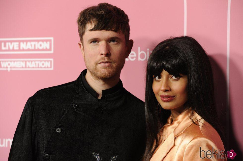 Jameela Jamil y James Blake en los premios Billboard Women in Music 2019