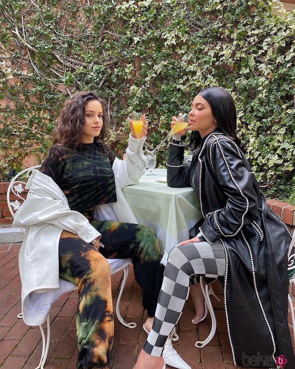 Rosalía y Kylie Jenner disfrutando juntas de un brunch