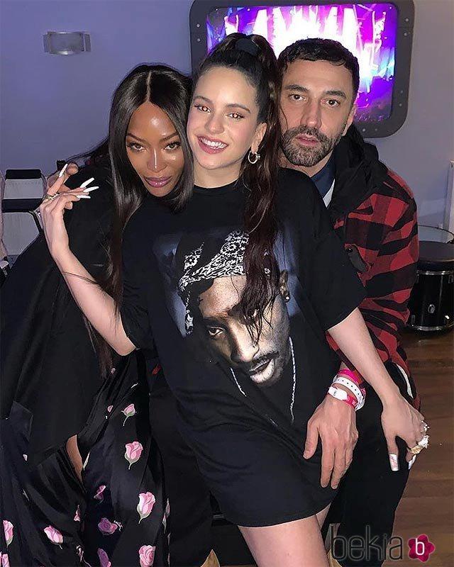 Rosalía con la modelo Naomi Campbell y un amigo