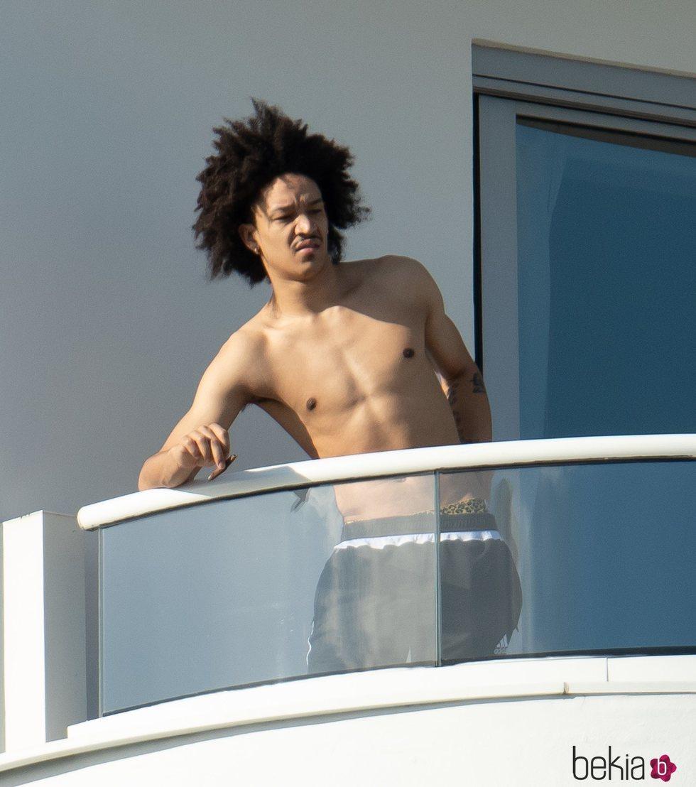 Ahlamalik Williams fumando en una terraza de Miami