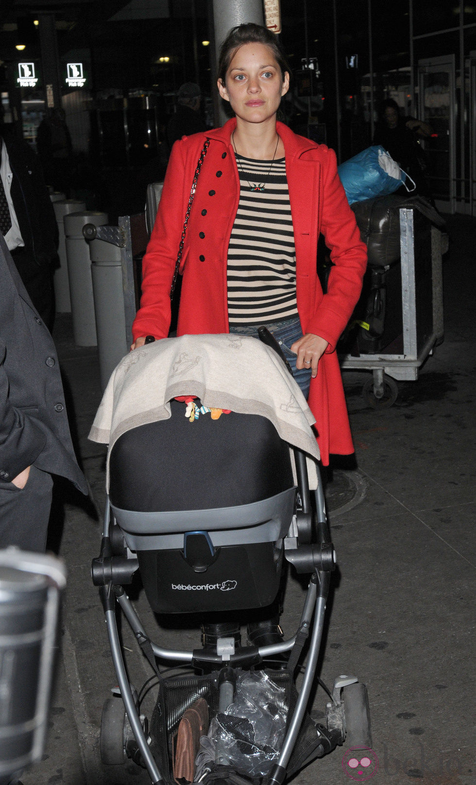 Marion Cotillard sale a pasear con su hijo
