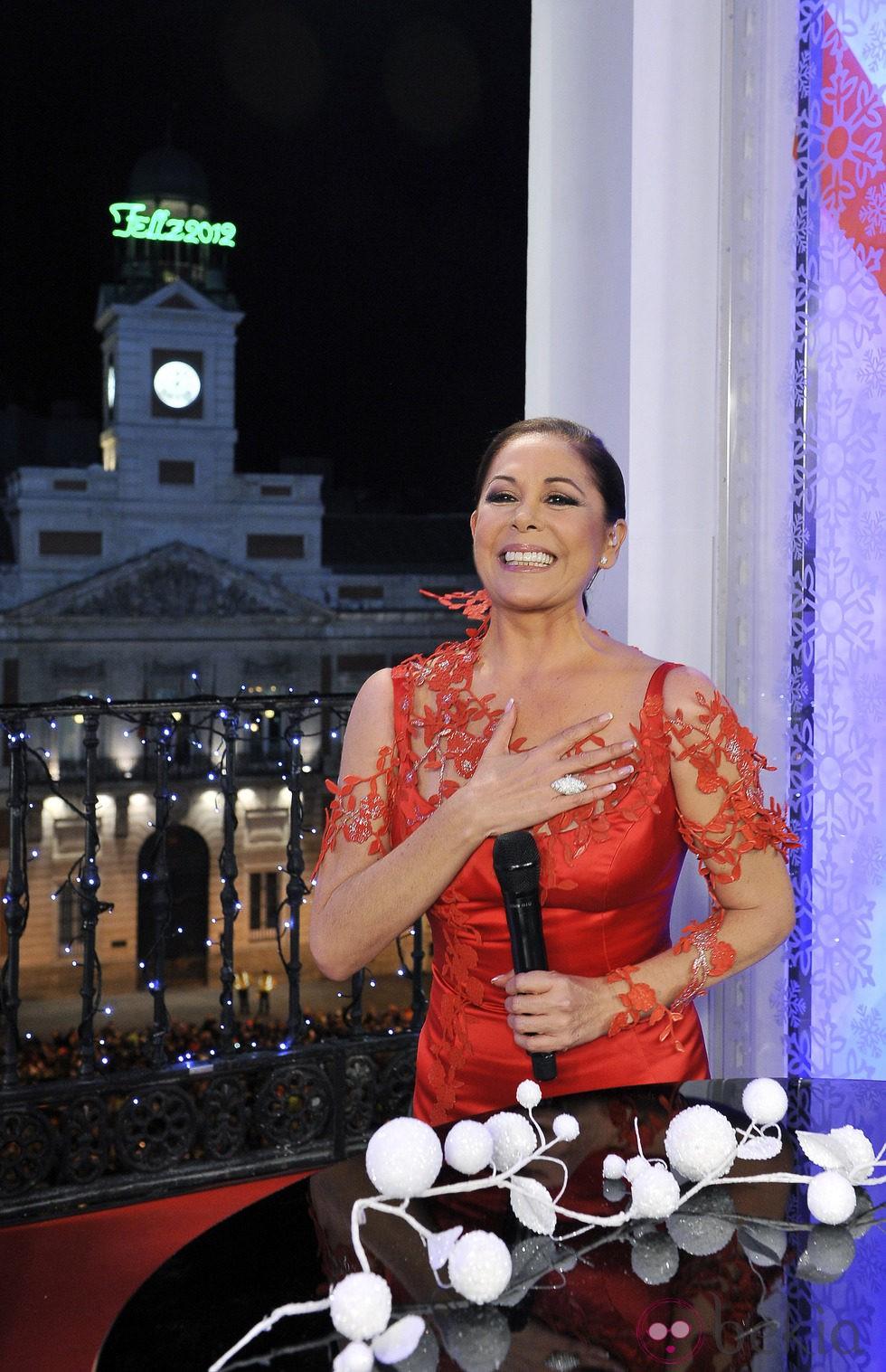 Isabel Pantoja cantando tras dar las Campanadas 2011 en Telecinco