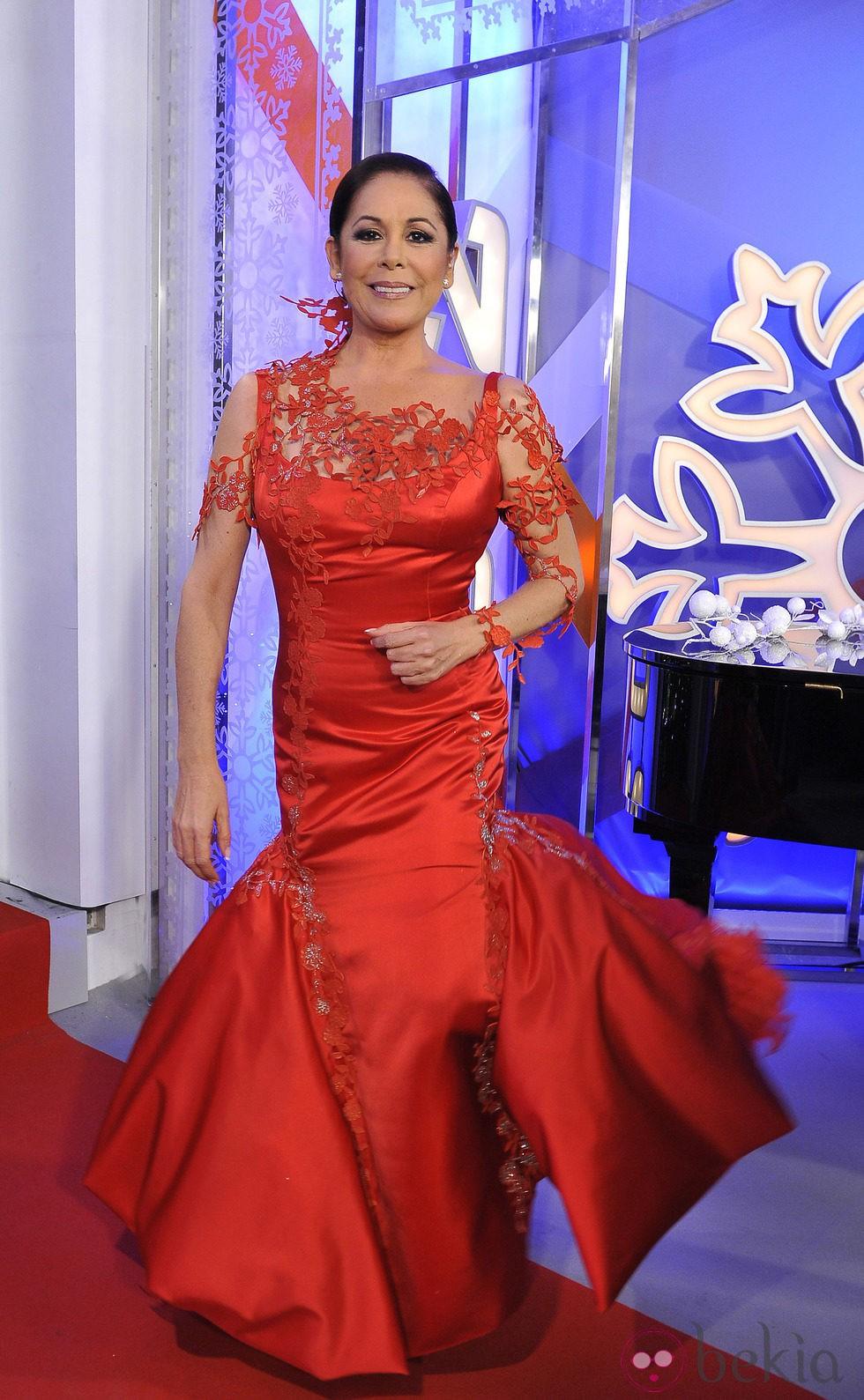 Isabel Pantoja da las Campanadas 2011 de Telecinco con un vestido rojo