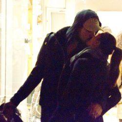 Eva Longoria y Eduardo Cruz se besan en la boca durante un paseo por Madrid