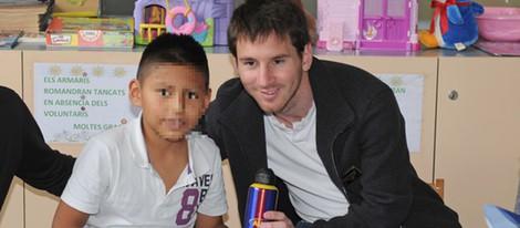 Leo Messi visita a los niños enfermos en un hospital de Barcelona