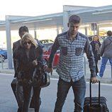 Shakira y Gerard Piqué en el aeropuerto de Barcelona