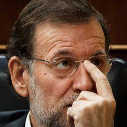 Mariano Rajoy se coloca las gafas