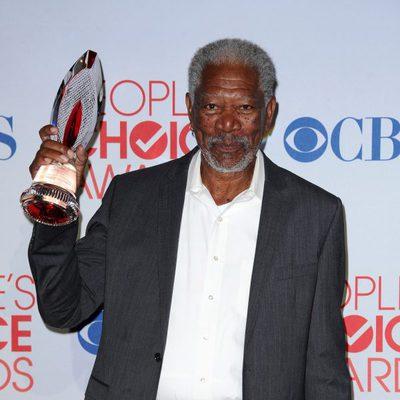 Morgan Freeman con su premio en los People's Choice Awards 2012