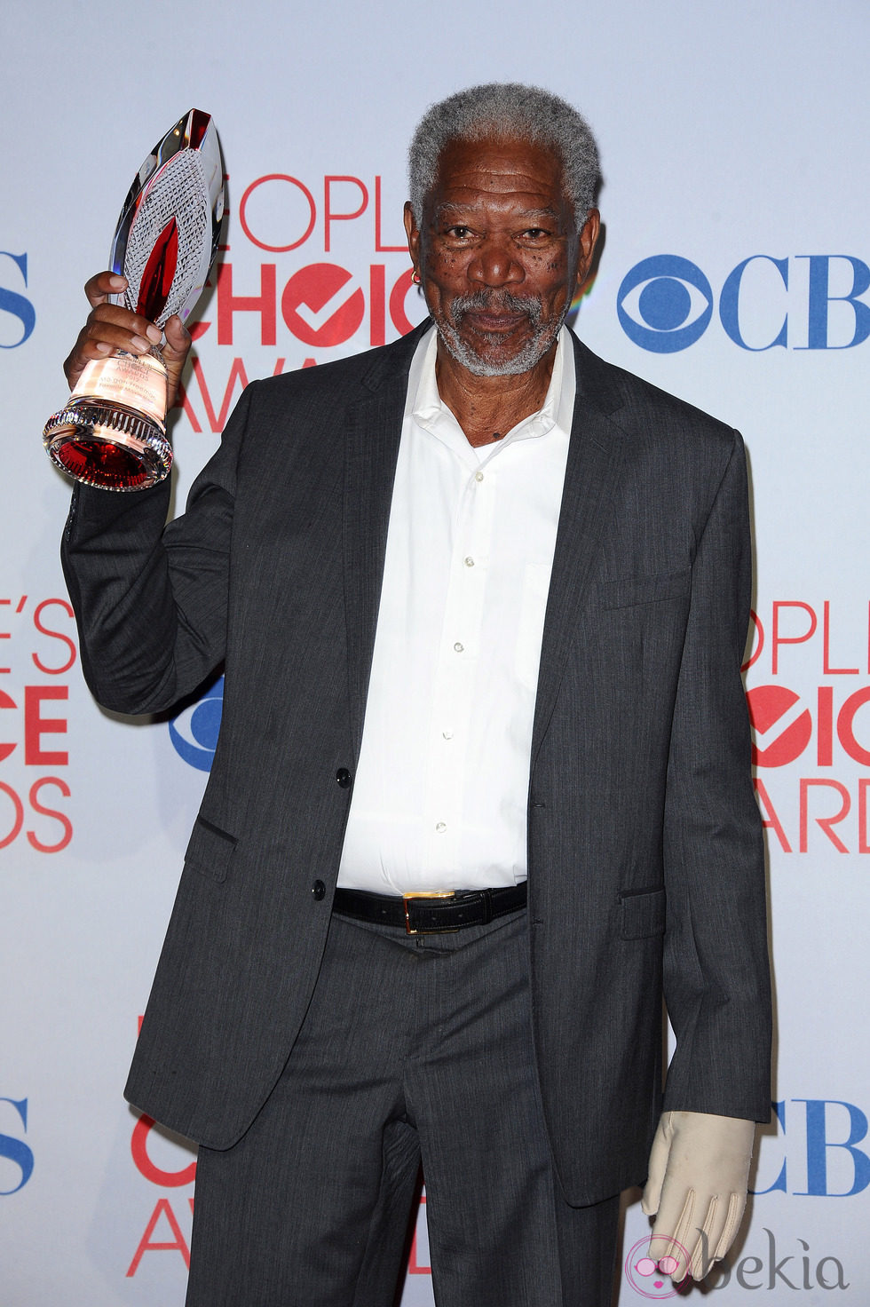 Morgan Freeman con su premio en los People's Choice Awards 2012